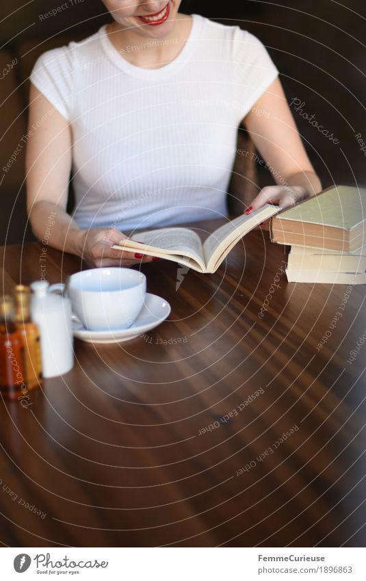 ID1896863 Mensch Frau Jugendliche Junge Frau Freude 18-30 Jahre Erwachsene lustig feminin sitzen Buch Lächeln Neugier T-Shirt Wohnzimmer Interesse