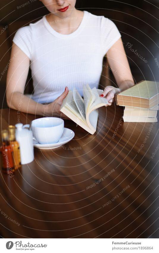 ID1896864 Mensch Frau Jugendliche Junge Frau weiß 18-30 Jahre Erwachsene feminin Buch Pause Kaffee T-Shirt Café Wohnzimmer Holztisch Tischplatte