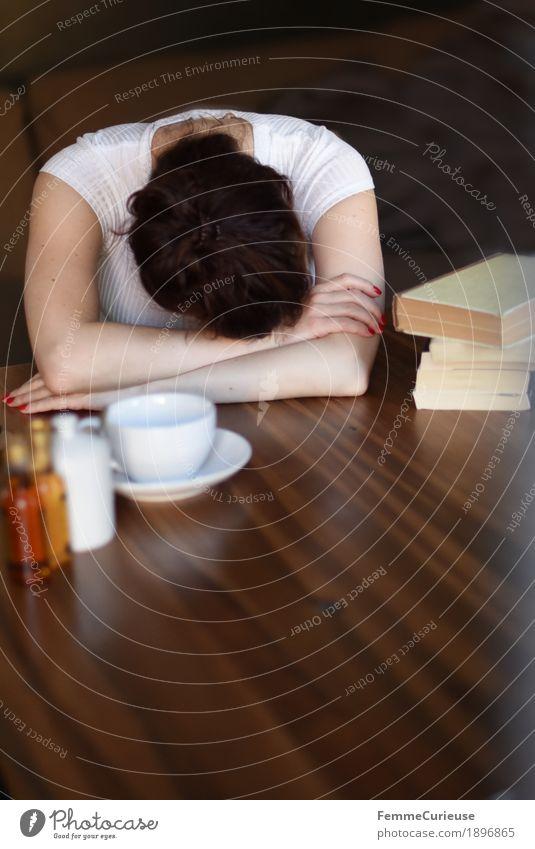 Nap ZzZzz Mensch Frau Jugendliche Junge Frau Erholung ruhig 18-30 Jahre Erwachsene feminin Kopf 13-18 Jahre Arme Buch schlafen Pause Kaffee