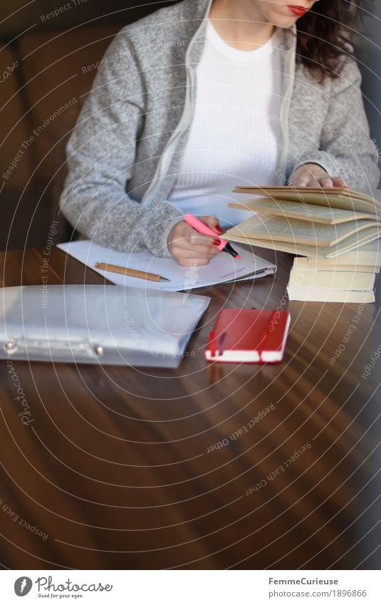 Ausarbeitungen 02 Mensch Frau Jugendliche Junge Frau 18-30 Jahre Erwachsene feminin grau Erfolg Buch lernen Papier Studium lesen schreiben Student