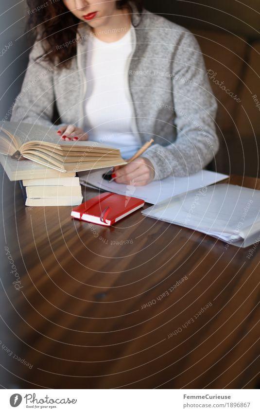 ID1896867 feminin Junge Frau Jugendliche Erwachsene Mensch 18-30 Jahre 30-45 Jahre Konzentration linkshändig Erfinden Studium lernen Fleece Strickjacke grau