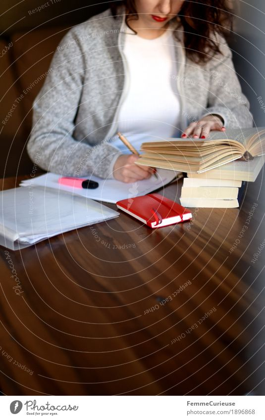 ID1896868 feminin Junge Frau Jugendliche Erwachsene Mensch 18-30 Jahre 30-45 Jahre Konzentration fleißig klug Studium lernen Student Literatur gelehrt Holztisch