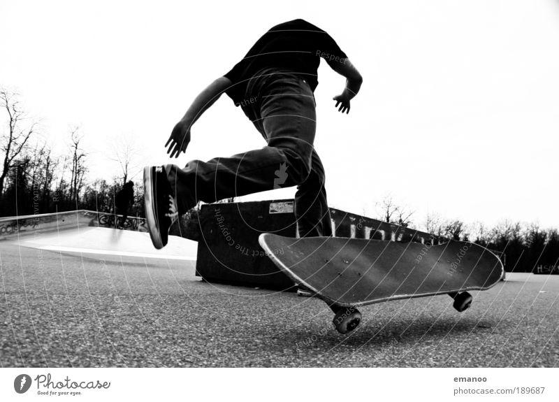 losing grip Lifestyle Freude Sport Skateplatz skater Sliden Sturz Halfpipe maskulin drehen fahren Spielen sportlich Coolness schwarz weiß Ärger Frustration