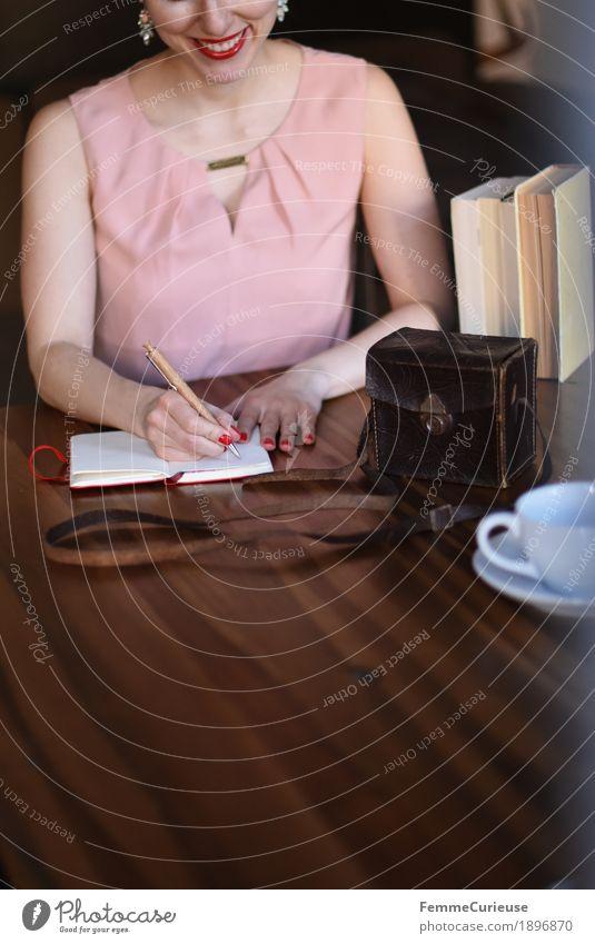 ID1896870 Mensch Frau Jugendliche Junge Frau Freude 18-30 Jahre Erwachsene feminin rosa Freizeit & Hobby elegant sitzen Buch Kleid schreiben Holztisch