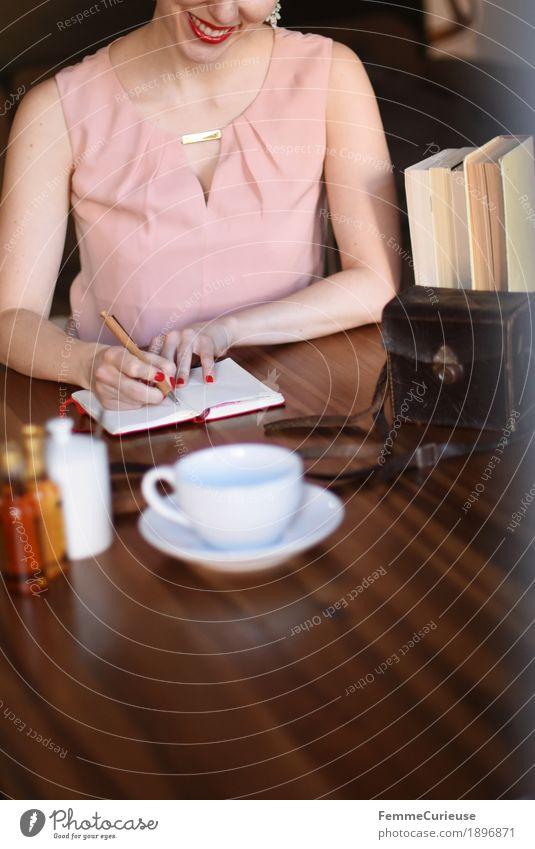 ID1896871 Mensch Frau Jugendliche Junge Frau Freude 18-30 Jahre Erwachsene feminin Buch schreiben Holztisch Optimismus Notizbuch Tischplatte Kaffeetasse 30-45 Jahre