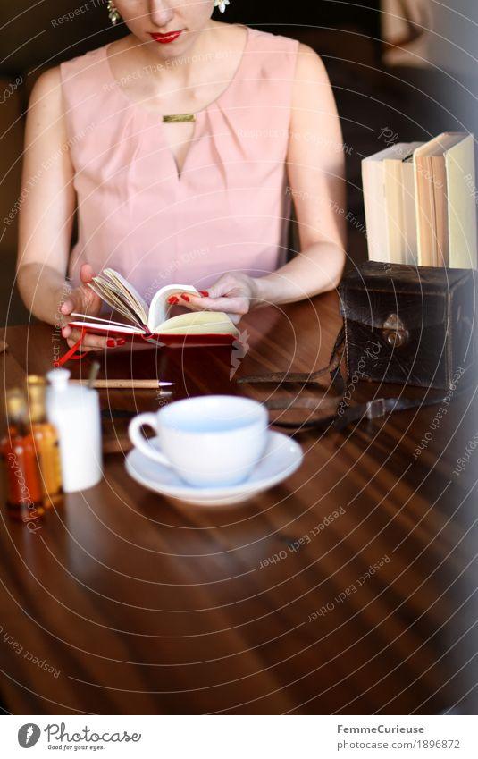 ID1896872 Mensch Frau Jugendliche Junge Frau 18-30 Jahre Erwachsene feminin rosa Freizeit & Hobby elegant sitzen Buch lesen Kaffee Kleid Holztisch