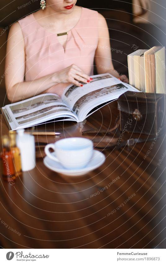 ID1896873 Mensch Frau Jugendliche Junge Frau 18-30 Jahre Erwachsene feminin rosa elegant sitzen Buch Fotografie lesen Kaffee Kleid Fotokamera