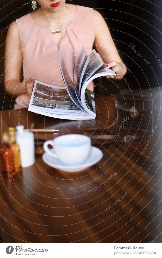 ID1896874 feminin Junge Frau Jugendliche Erwachsene Mensch 18-30 Jahre 30-45 Jahre Neugier Bildband Fotografie blättern Holztisch Kaffeetasse Kaffeetrinken rosa