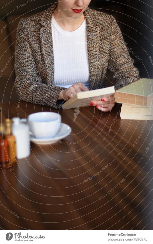 ID1896875 feminin Junge Frau Jugendliche Erwachsene Mensch 18-30 Jahre 30-45 Jahre Neugier lesen Buch Holztisch Jacke Kaffeetasse Tischplatte Wohnzimmer Café