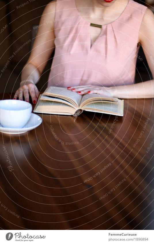 ID1896894 feminin Junge Frau Jugendliche Erwachsene Mensch 18-30 Jahre 30-45 Jahre rosa Kleid Bluse Buch lesen Kaffee Café Wohnzimmer Holztisch gemütlich