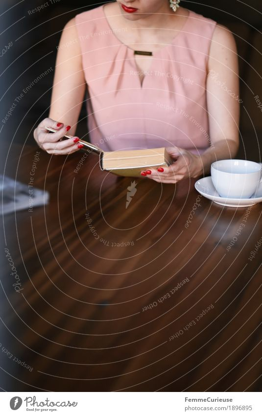 ID1896895 feminin Junge Frau Jugendliche Erwachsene Mensch 18-30 Jahre 30-45 Jahre Konzentration lesen Buch Kaffee Kaffeetrinken Kaffeetasse Holztisch