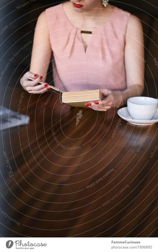 ID1896895 Mensch Frau Jugendliche Junge Frau Hand 18-30 Jahre Erwachsene feminin rosa Buch lesen Kaffee Kleid Konzentration Café Wohnzimmer
