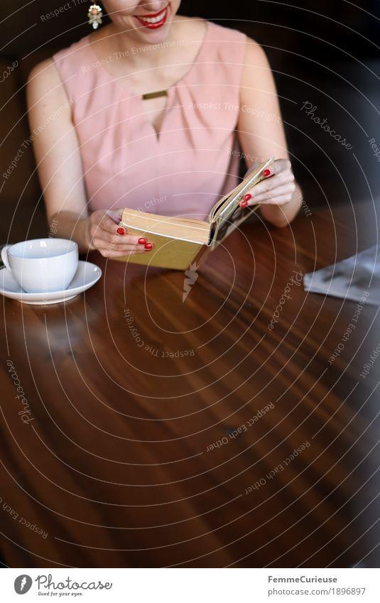 ID1896897 feminin Junge Frau Jugendliche Erwachsene Mensch 18-30 Jahre 30-45 Jahre lesen Holztisch Wohnzimmer Café Kaffeetrinken Kaffeetasse rosa Kleid Bluse