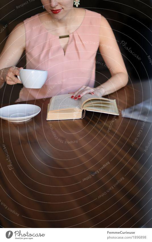 ID1896898 Frau Jugendliche Junge Frau 18-30 Jahre Erwachsene feminin rosa sitzen genießen Buch lesen Kaffee trinken Kleid Café Holztisch