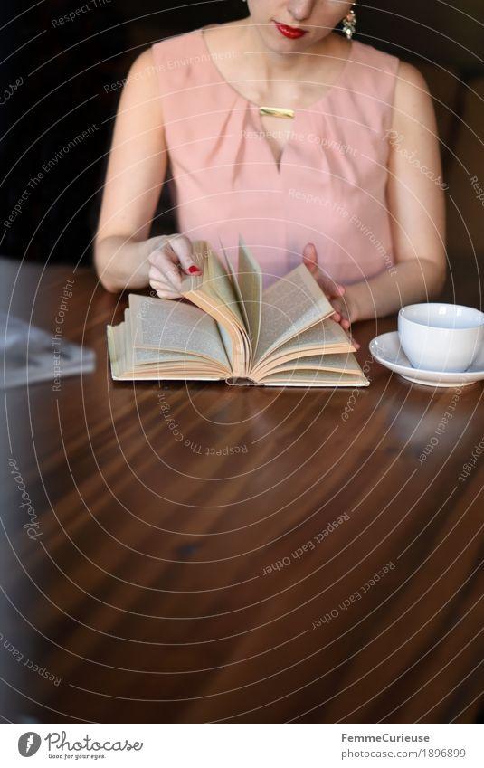 ID1896899 Mensch Frau Jugendliche Junge Frau Hand 18-30 Jahre Erwachsene feminin rosa Freizeit & Hobby elegant Arme Buch lesen Kleid Café