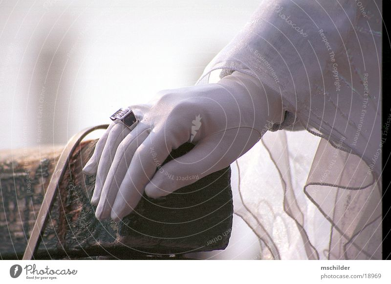 Hand einer Maske Handschuhe Frau