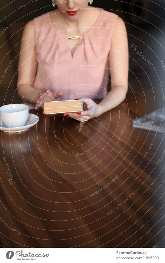 ID1896900 Mensch Frau Jugendliche Junge Frau 18-30 Jahre Erwachsene feminin braun rosa Häusliches Leben elegant Buch lesen Kleid Konzentration Holztisch