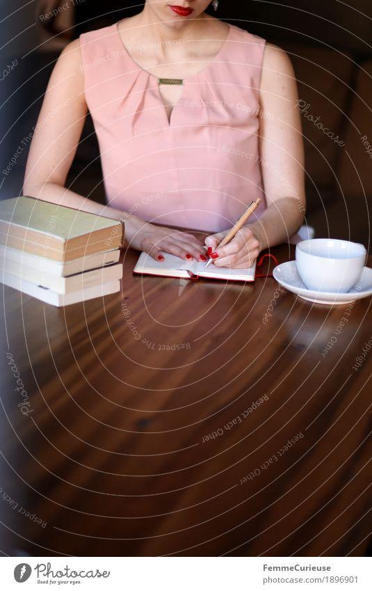 ID1896901 Mensch Frau Jugendliche Junge Frau 18-30 Jahre Erwachsene feminin rosa Häusliches Leben elegant sitzen Buch Kleid schreiben Konzentration Wohnzimmer