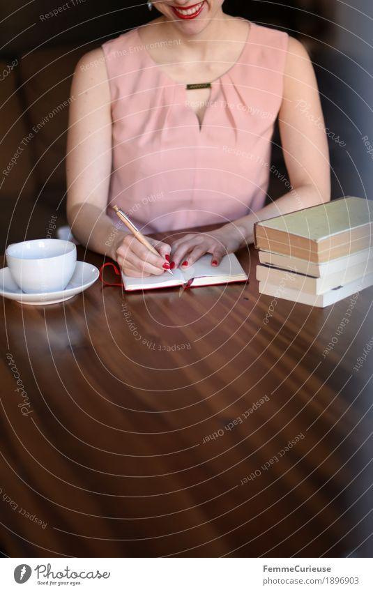 ID1896903 feminin Junge Frau Jugendliche Erwachsene Mensch 18-30 Jahre 30-45 Jahre rosa Kleid Bluse Lächeln Glück Freude schreiben Zettel Kugelschreiber