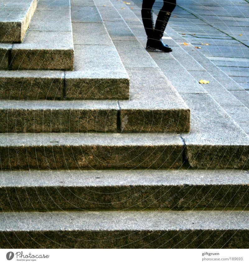 all alone i stand and wait Mensch Stadt Herbst feminin Gebäude Beine warten Treppe stehen Neugier Bauwerk Langeweile Stiefel Leder Verabredung