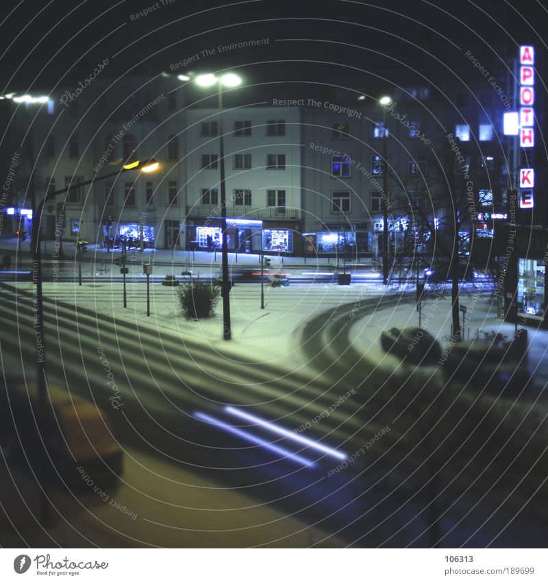 Fotonummer 144491 Stadt Winter Haus dunkel Straße Schnee Gebäude PKW Verkehr Spuren Laterne Verkehrswege Ladengeschäft Stadtzentrum Autofahren Hauptstadt
