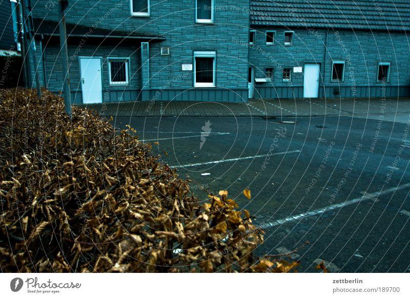 Wickede Parkplatz parkplatzmarkierung Haus Gebäude Architektur Eingang Hecke Herbst Winter Tod bewegungslos trist Traurigkeit Trauer Einsamkeit Sehnsucht