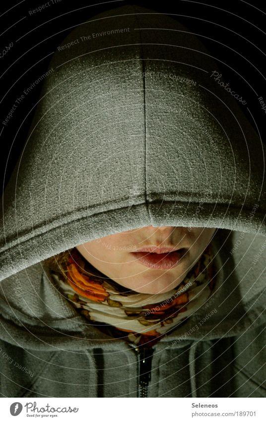 immer die Paparazzi Mensch Kopf Gesicht Mund 1 Bekleidung Pullover Jacke Stoff Schal Tuch Mütze bedrohlich dunkel Gefühle Angst Scheu verstecken sichtbar