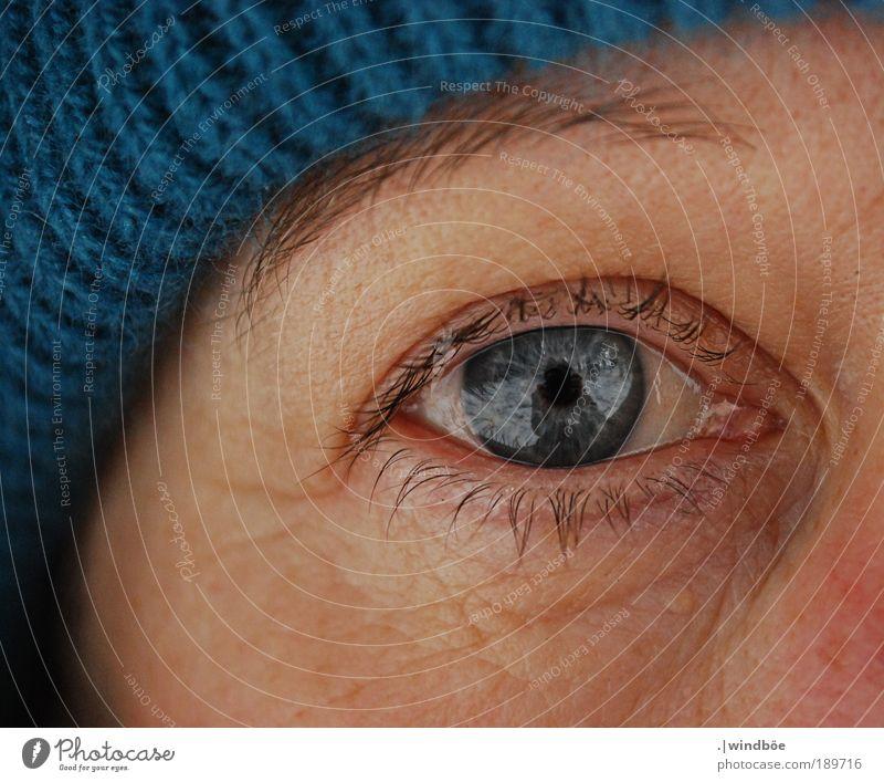 Winterblick Frau alt blau schwarz ruhig Gesicht Erwachsene Auge Erholung Leben feminin kalt Kopf Glück Haut beobachten
