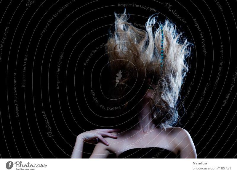Wer braucht schon Gravitation elegant Stil Haare & Frisuren Mensch feminin 1 blond verrückt skurril Fräulein Diva Surrealismus Tanzen Farbfoto Gedeckte Farben