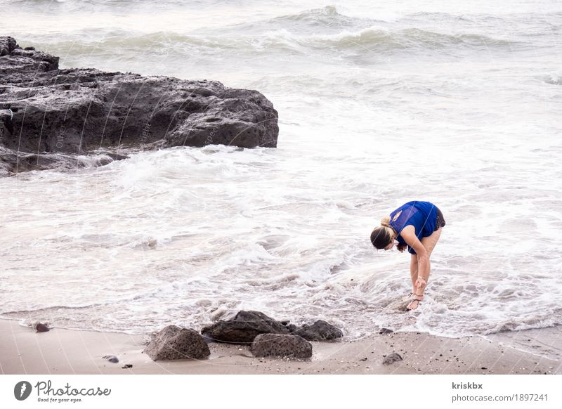 auf der suche nach... Mensch Frau Ferien & Urlaub & Reisen Jugendliche Sommer Junge Frau Wasser Meer Landschaft Ferne Strand 18-30 Jahre Erwachsene Umwelt Küste