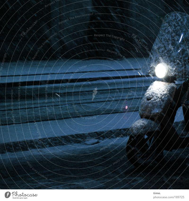 Bromfiets Straße dunkel kalt Schnee Schneefall warten stehen Reifen Scheinwerfer unterwegs Straßenverkehr Verkehrsmittel Sichtschutz Schutzblech betriebsbereit