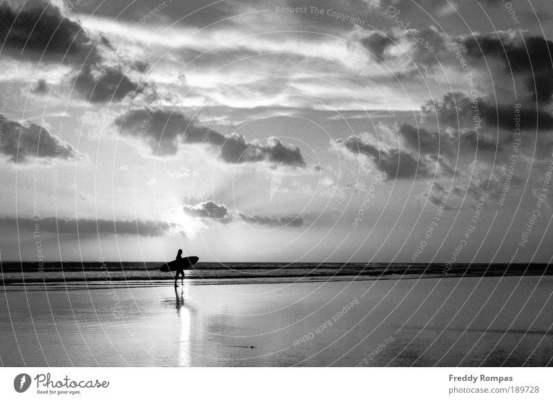 Nach dem Surfen Freizeit & Hobby Sport Mensch 1 Natur Landschaft Strand Freude Tourismus Schwarzweißfoto Außenaufnahme Morgendämmerung