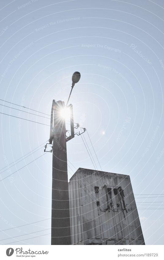 Solarleuchte Energiewirtschaft Sonnenenergie leuchten alt eckig lang dünn blau Kraft Perspektive Umwelt Verfall Elektrizität Strommast Kabel Versorgung
