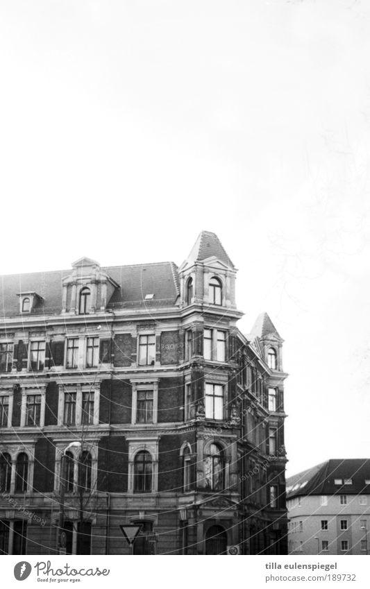 - Haus Renovieren Leipzig Deutschland Stadt Altstadt Menschenleer Gebäude Fassade Fenster Stein alt authentisch dunkel Originalität trist schwarz weiß ruhig