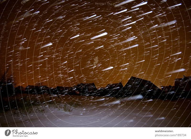 In einer Winternacht Haus Schnee Schneefall Eis Frost bedrohlich Langzeitbelichtung Nachthimmel Häusliches Leben Dorf Sturm Stadt frieren Geborgenheit