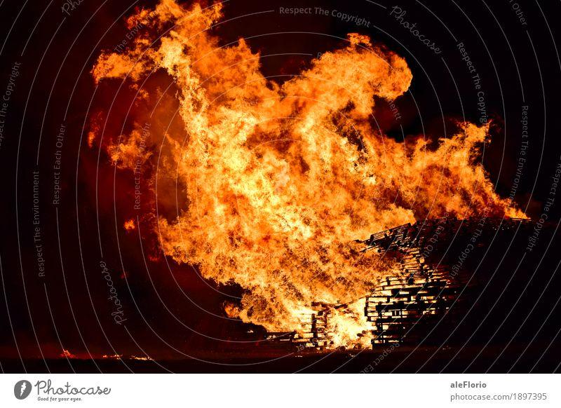 Feuer Abenteuer Nachtleben Entertainment Veranstaltung Kultur Show Landschaft Lewes Großbritannien Europa Dorf Altstadt Holz Tatkraft Parade Freudenfeuer