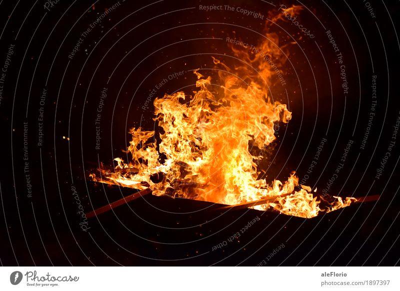 Feuer Schubkarre Abenteuer Nachtleben Entertainment Veranstaltung Show Dorf Altstadt Holz historisch Tradition Kultur Parade Fackel Farbfoto Außenaufnahme