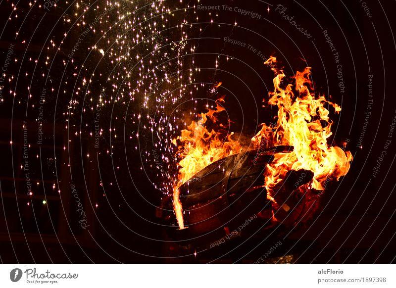 Fass in Brand Abenteuer Nachtleben Entertainment Veranstaltung Kultur Show Feuer Dorf Altstadt Holz historisch Tradition Parade Feuerwerk Farbfoto Außenaufnahme