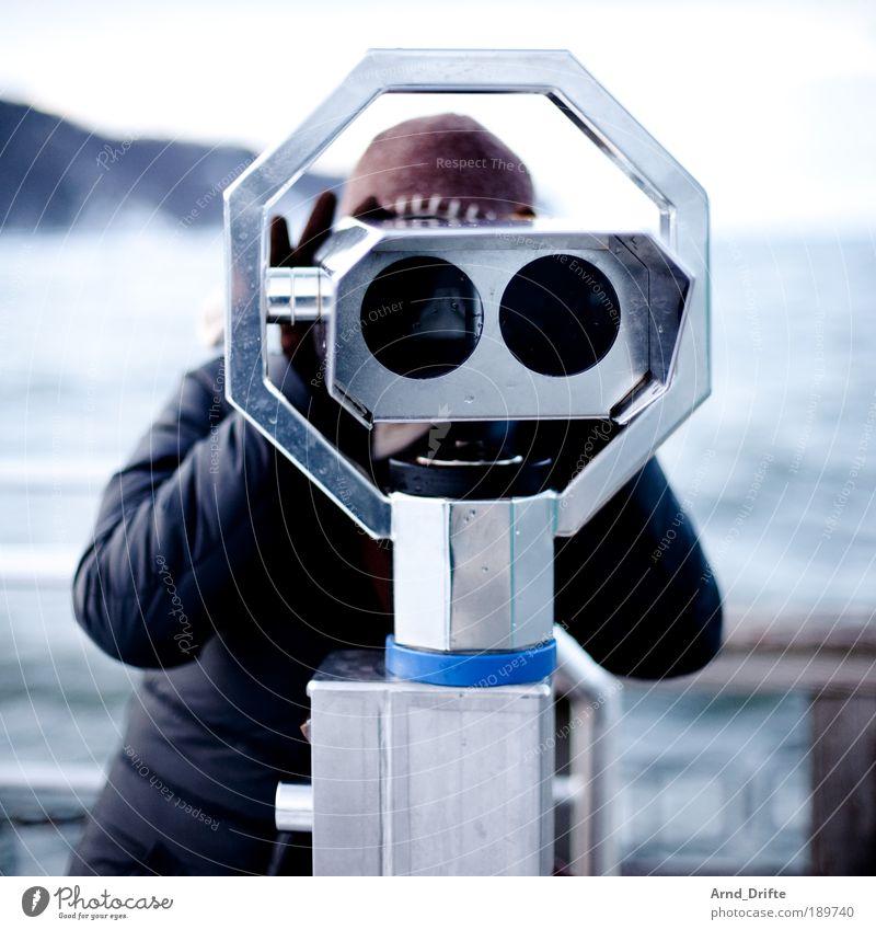 Was guckst Du? Mensch Natur Wasser Strand Winter Erwachsene Landschaft Küste Eis Wetter Wellen groß Insel Frost Blick Fernglas