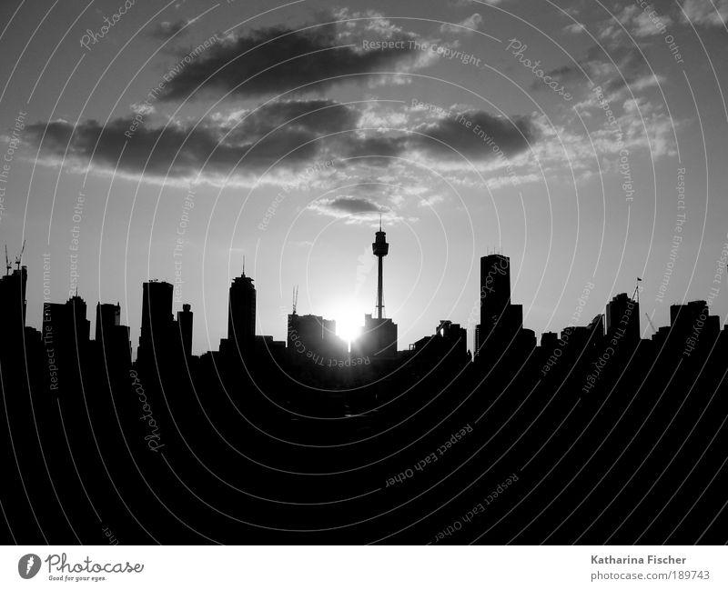 Sun City in SW weiß Stadt Ferien & Urlaub & Reisen Haus schwarz Schwarzweißfoto Sonnenaufgang Hochhaus Silhouette Tourismus Skyline Gebäude Australien