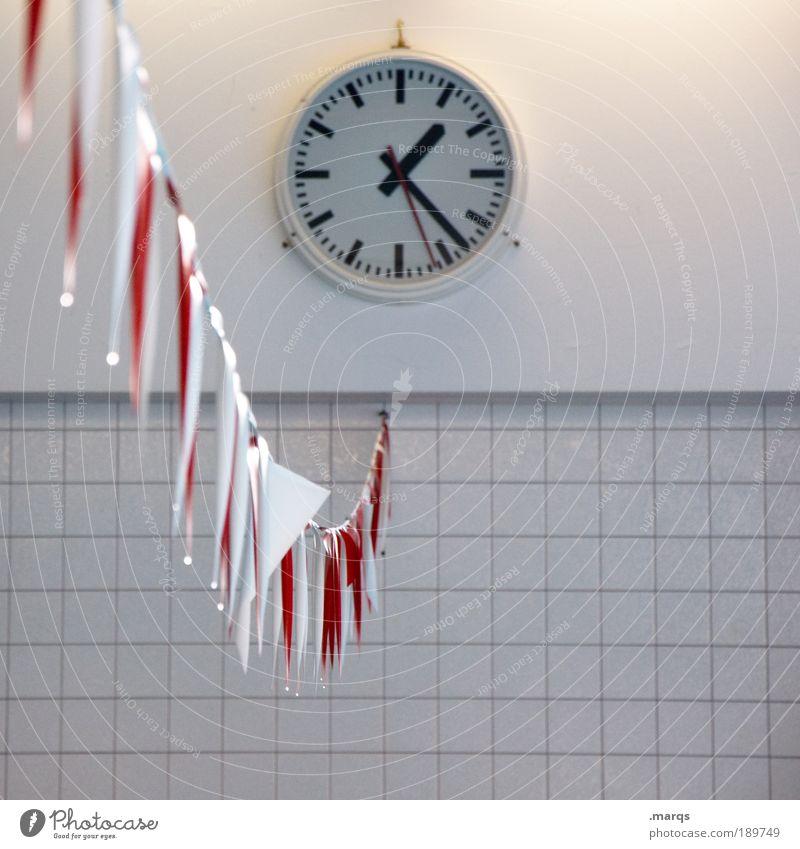 Kurz vor halb zwei weiß rot kalt Wand Mauer Zeit Freizeit & Hobby Schilder & Markierungen Uhr Ziel Vergänglichkeit Fahne einfach Fliesen u. Kacheln Stress Arbeitsplatz