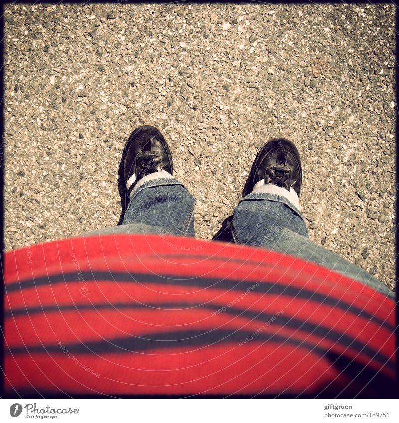 me, myself and i Mensch Beine Fuß Schuhe stehen Bekleidung Boden Streifen T-Shirt Jeanshose Asphalt Hose Bauch Turnschuh gestreift Selbstportrait