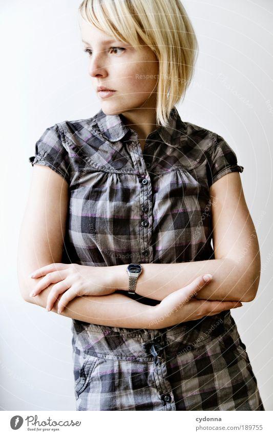 Nachdenklich Mensch Frau Jugendliche schön Erholung ruhig 18-30 Jahre Erwachsene Leben Gefühle Stil Lifestyle Denken Zeit träumen Zufriedenheit