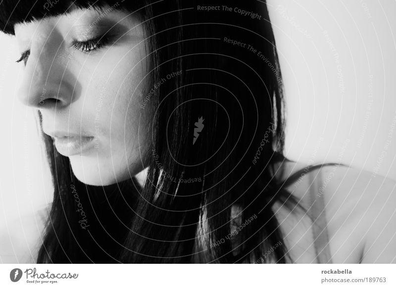 Frau mit dunklen Haaren feminin Junge Frau Jugendliche schwarzhaarig langhaarig Pony Denken träumen Traurigkeit Gefühle Verliebtheit Sorge Trauer Liebeskummer