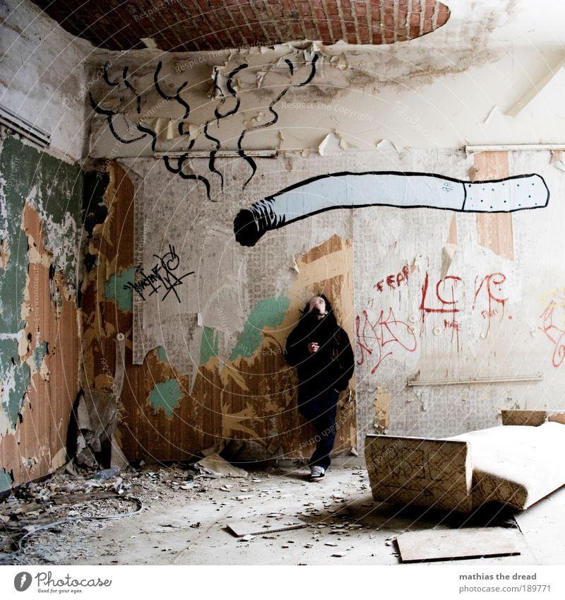 RAUCHERPAUSE Mensch Jugendliche Kultur dunkel kalt Gastronomie Graffiti Erwachsene Mann dreckig maskulin Schriftzeichen Lifestyle Innenarchitektur kaputt