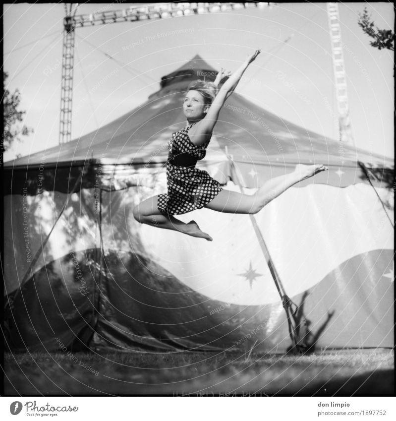 Guten Flug sportlich Freiheit Balletttänzer feminin Junge Frau Jugendliche 1 Mensch 18-30 Jahre Erwachsene Show Sommer Zelt Zirkuszelt Kleid Erholung fliegen