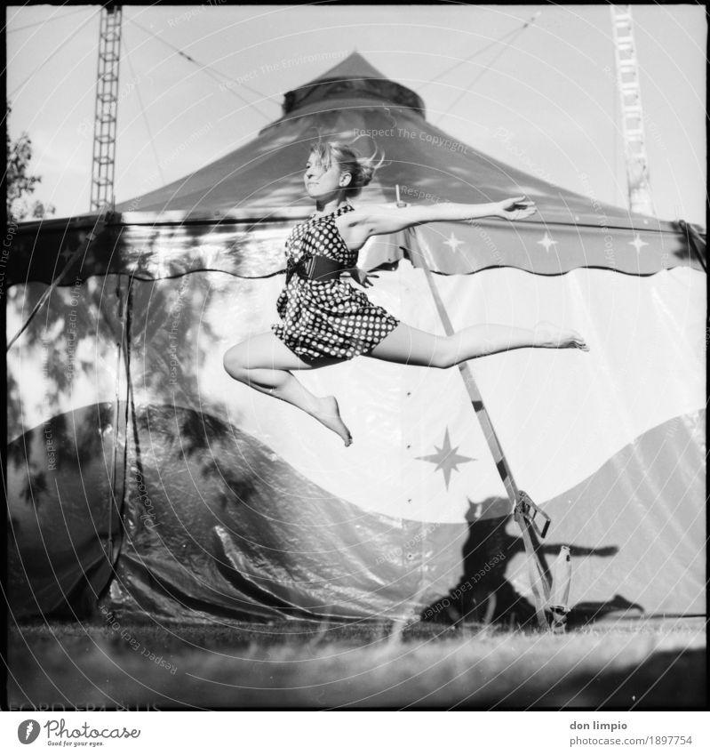 never want to put my feet back down on the ground elegant feminin Junge Frau Jugendliche 1 Mensch Tänzer Zirkus Zelt fliegen Tanzen fantastisch schön Erotik