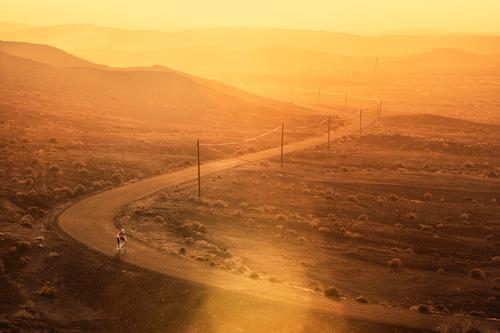 Cycling in the desert Natur Ferien & Urlaub & Reisen Mann Landschaft Erholung Einsamkeit Freude Berge u. Gebirge Straße Sport Fahrrad Idylle Aktion