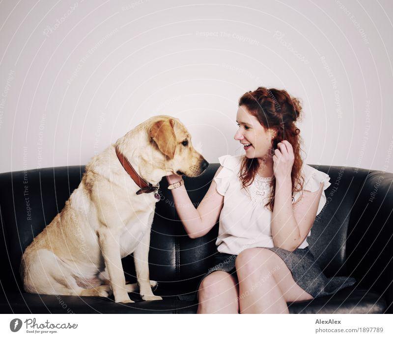 Dialog Freude Wohnung Sofa Junge Frau Jugendliche 18-30 Jahre Erwachsene T-Shirt Rock rothaarig langhaarig Haustier Hund Labrador sprechen Kommunizieren Lächeln