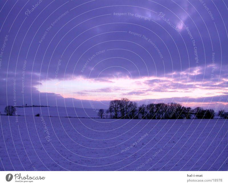 Winterhimmel Feld Dämmerung Hügel Sonnenuntergang violett Himmel Schnee Landschaft